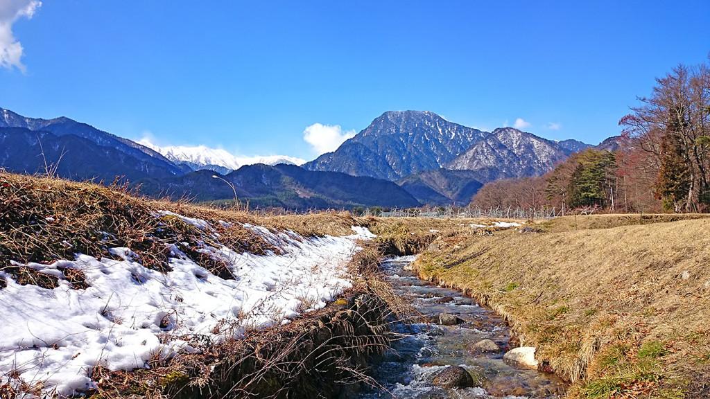 有明山と典型的な早春の土手