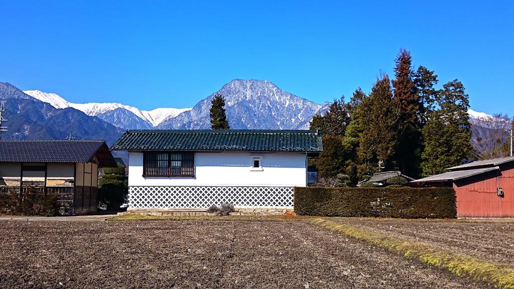 雪解けの田んぼと有明山