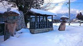 雪を被る道祖神や二十三夜塔など