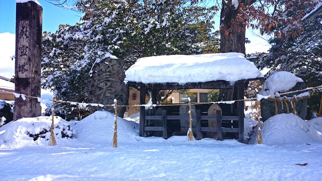 雪の中に佇む道祖神や石仏、石塔など