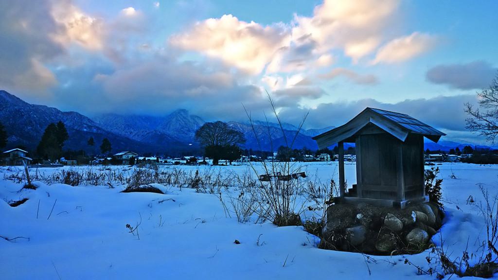 富田交差点近くの小さな祠と雪原