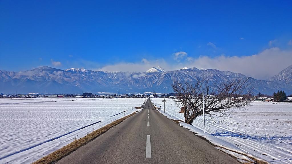 常念岳に向かって伸びる道