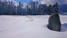 雪の中に佇む路傍の石塔?