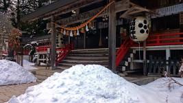 雪が残る有明山神社1