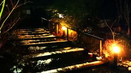 雪が残るにし屋別荘の夜の階段