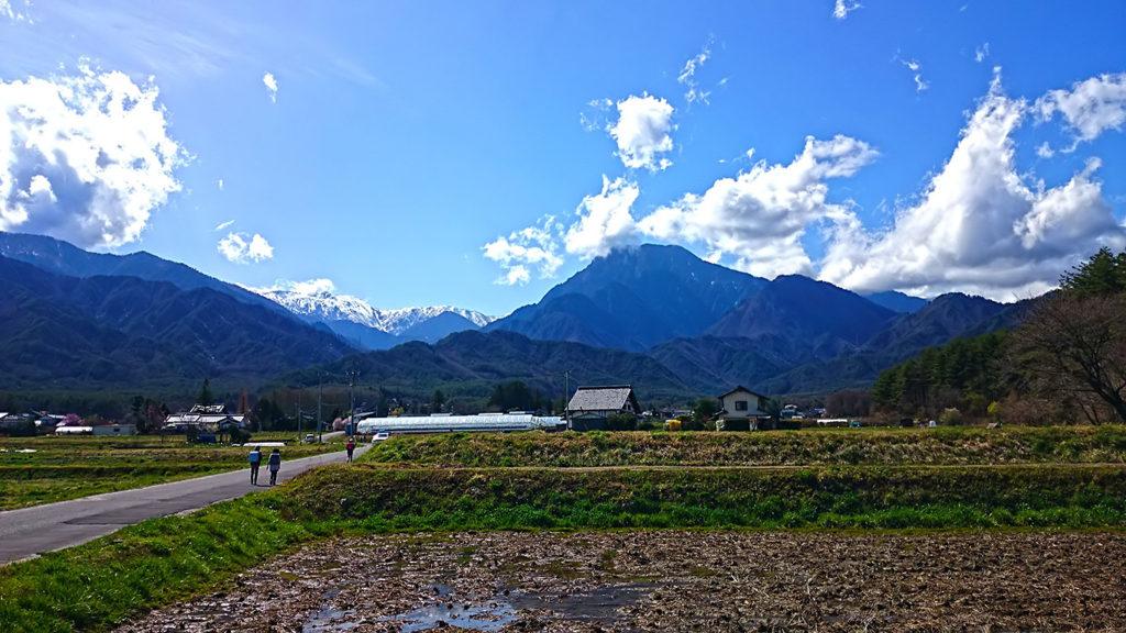 大天井岳方向へ歩く小学生の下校風景