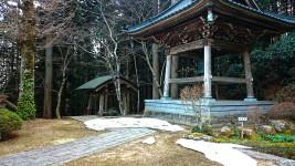 満願寺の鐘楼とまだ残る雪
