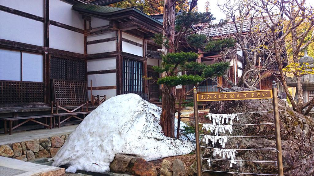 満願寺本堂前に残る雪