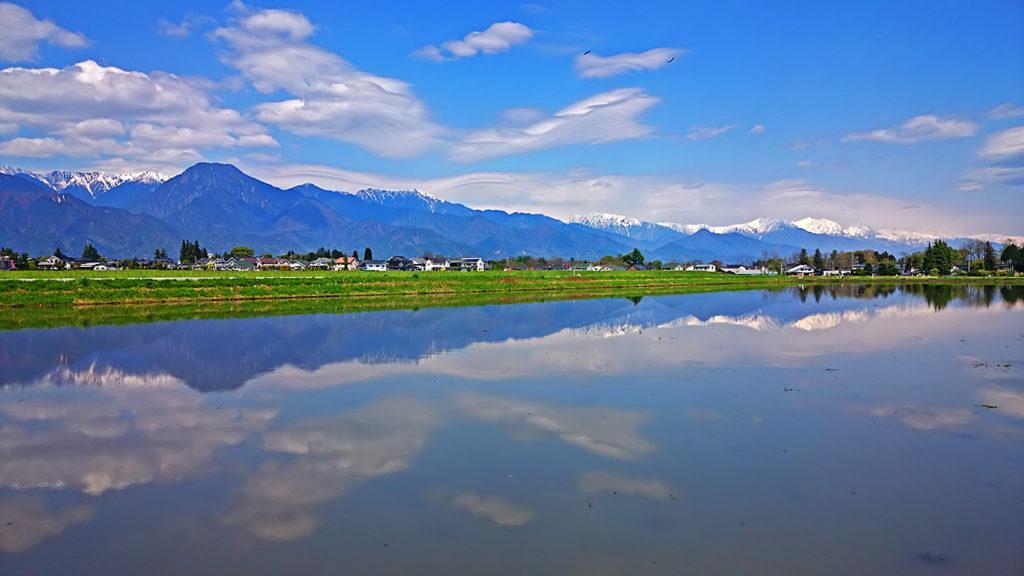 大町方面のお山と田んぼの水鏡