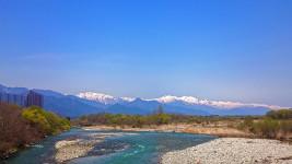 新緑の高瀬川と北アルプス