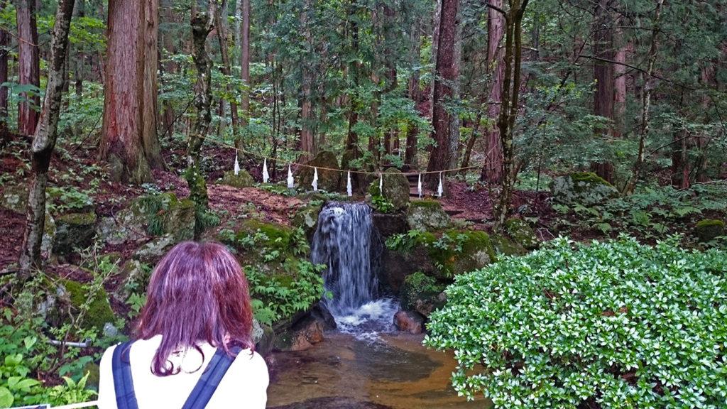穂高神社境内の滝