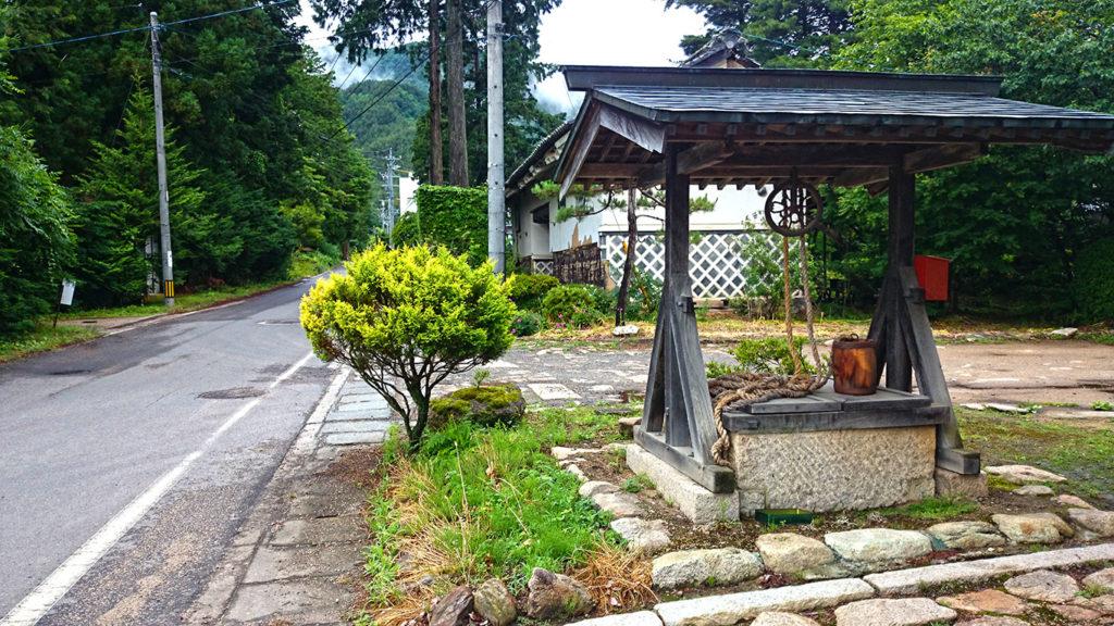 梅雨時の古井戸の風景