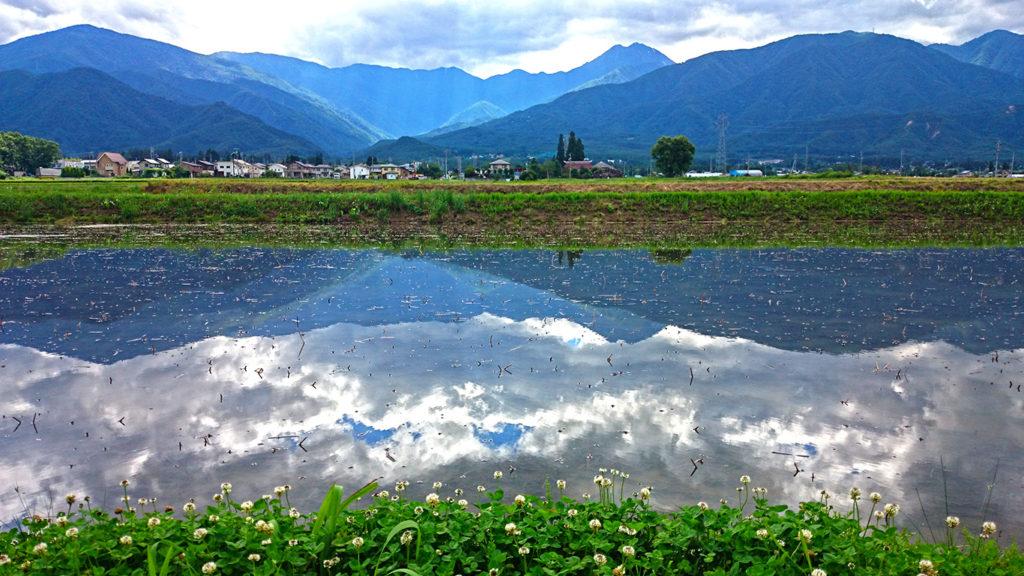 梅雨時の常念岳と田んぼの水鏡