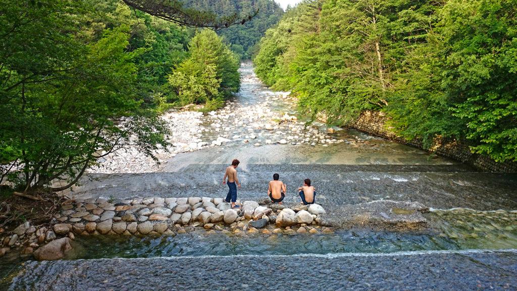 中房川で川遊びをする人たち