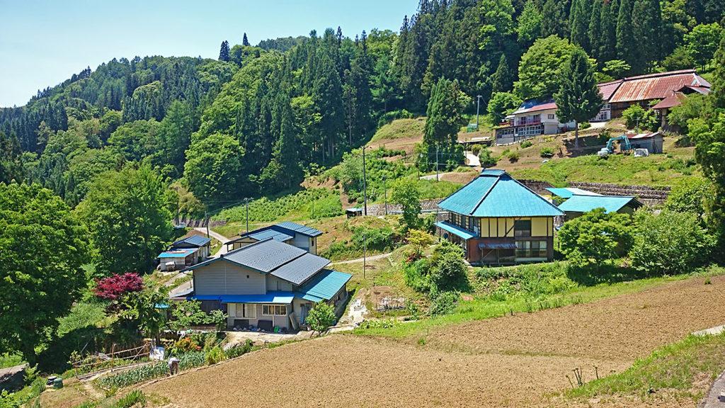 山あいの家と農作業風景