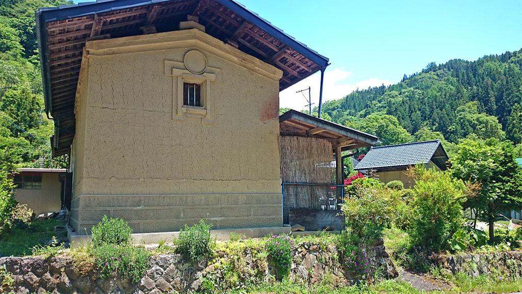 小川村の土塀の家