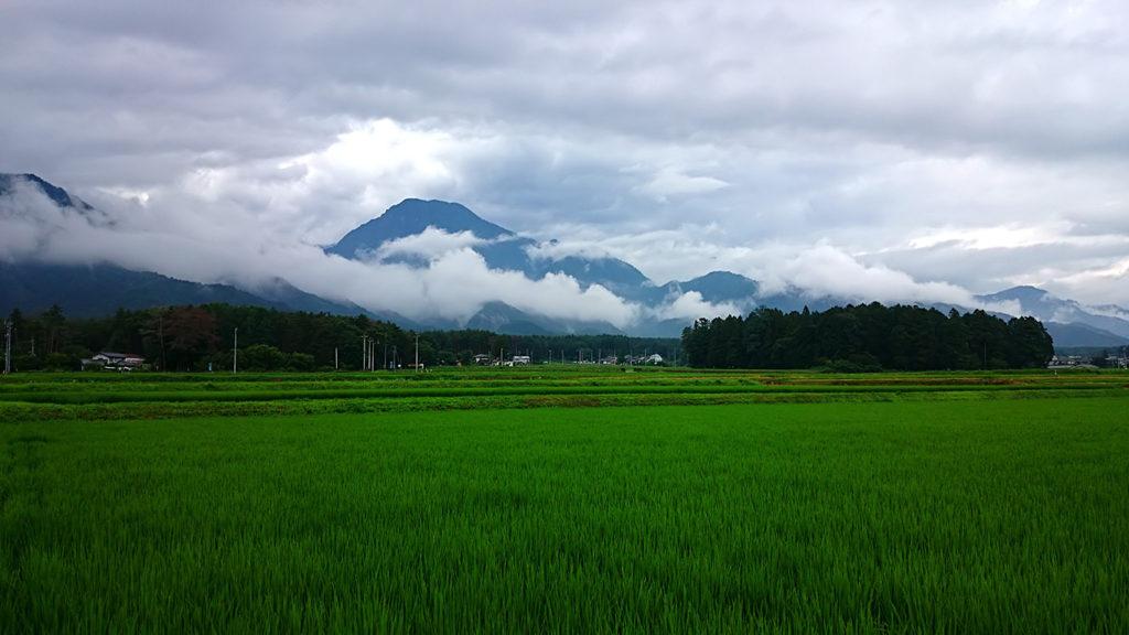 雨上がりの雲がかかった有明山
