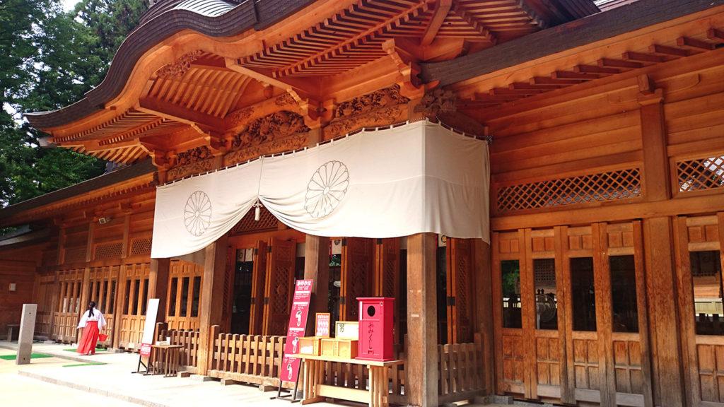 穂高神社拝殿前を歩く巫女さん
