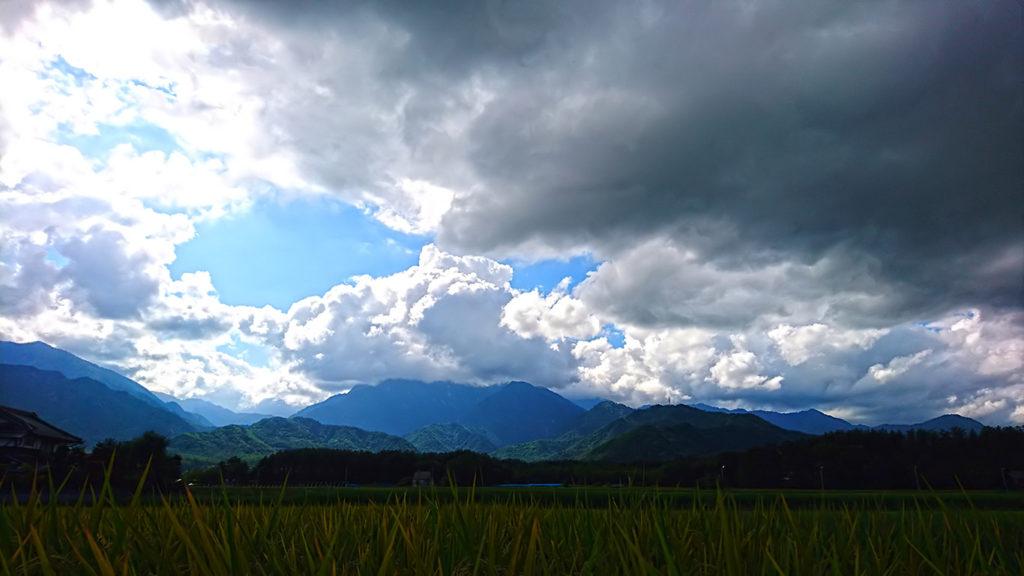 有明山の山頂をすっぽりと包む夏の雲