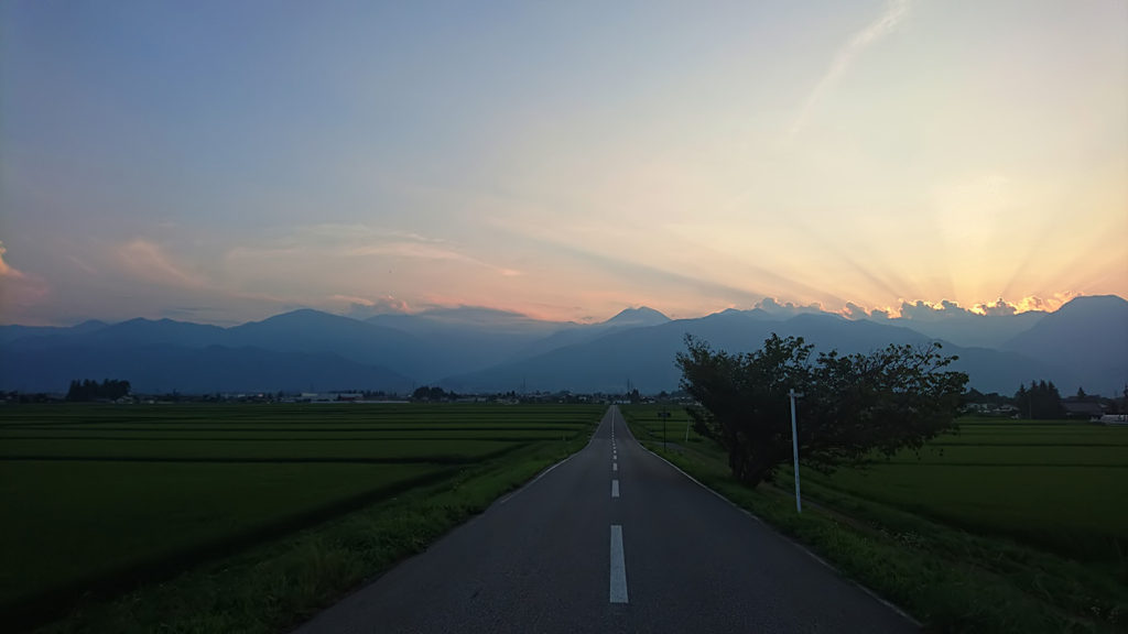 常念岳へ伸びる道から夕暮れ時の薄明光線を