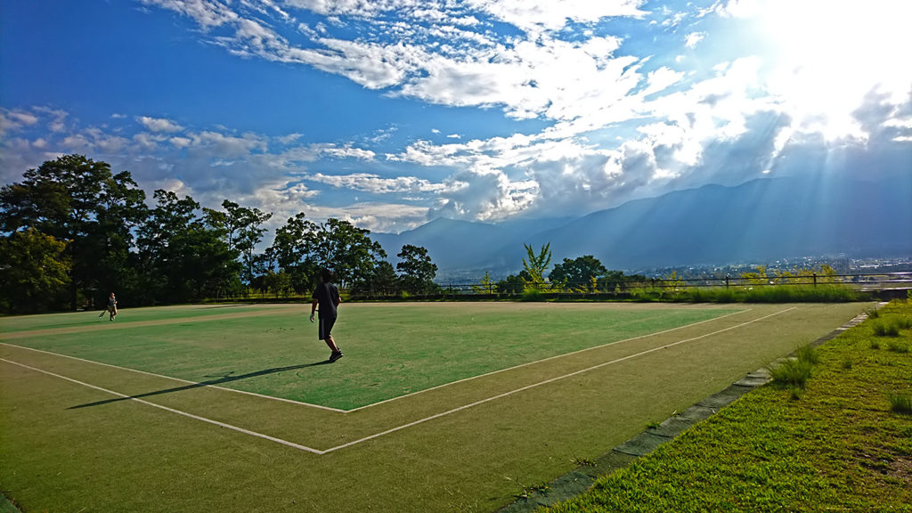 池田町のあづみ野池田クラフトパーク内でテニス