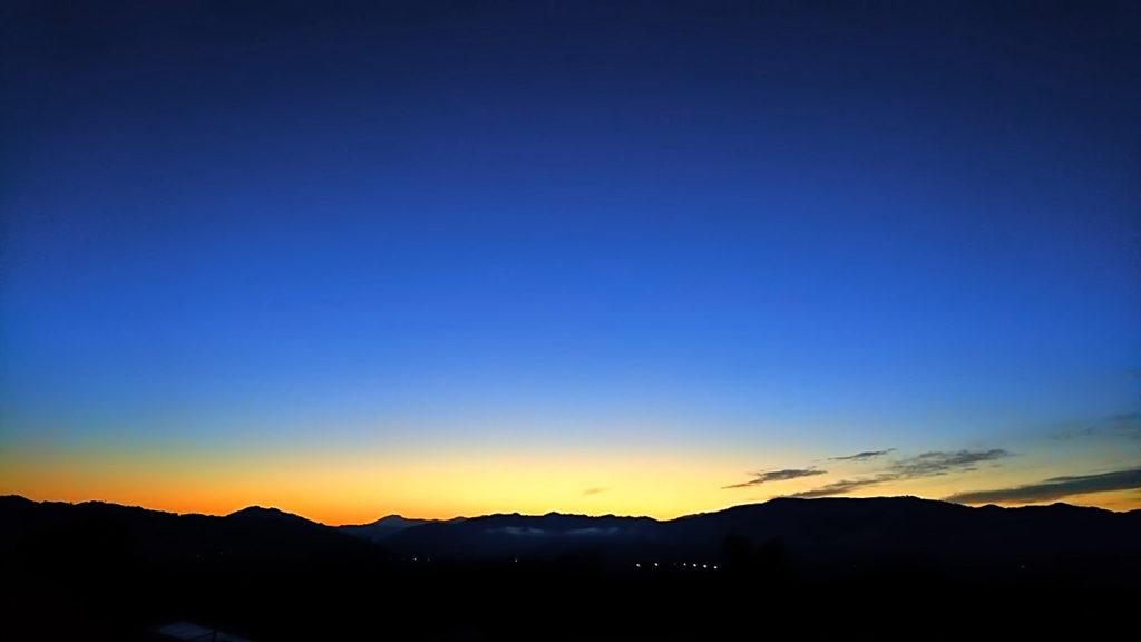夜明け前の東の空のグラデーション