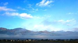 常念岳方向の山の麓の層雲。