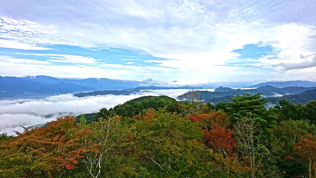 長峰山頂からの雲海と紅葉2
