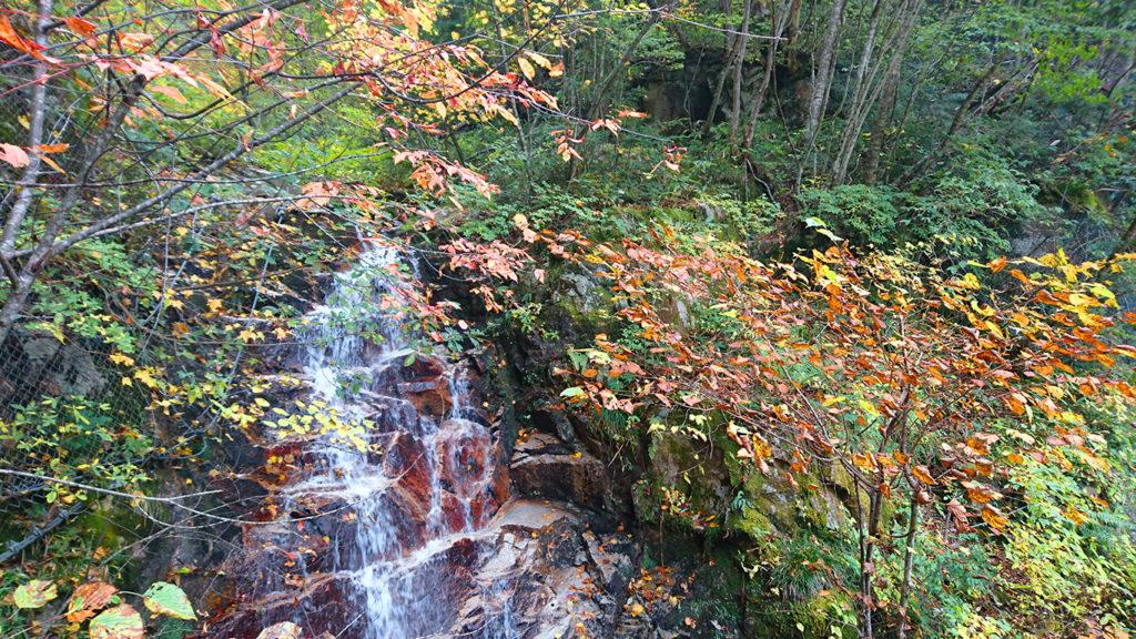中房へ上がる道の道沿いの小さな滝