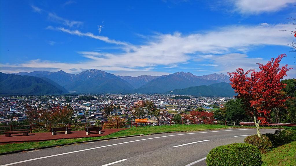 大町山岳博物館前から秋の空と大町市街地を