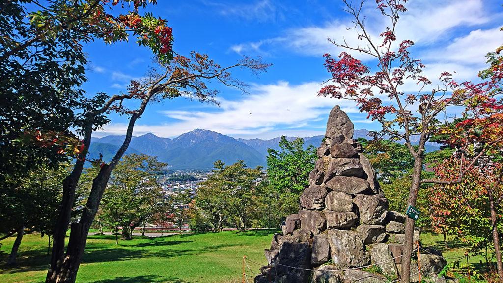 大町山岳博物館前から秋の空とお山を