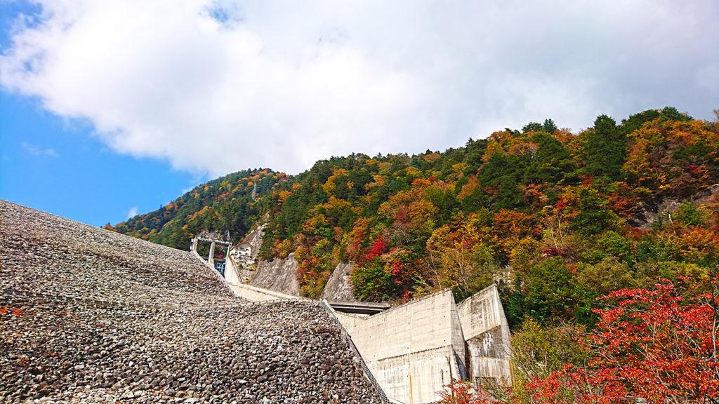 七倉ダムの上に見える紅葉