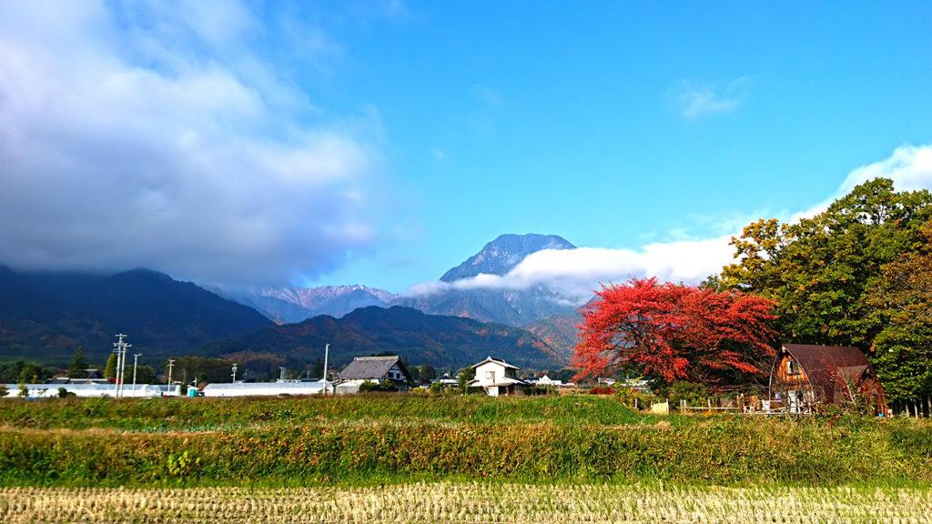 紅葉と雲がかかった有明山