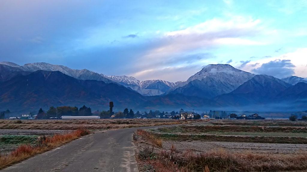 冬山の雰囲気を醸し出す有明山
