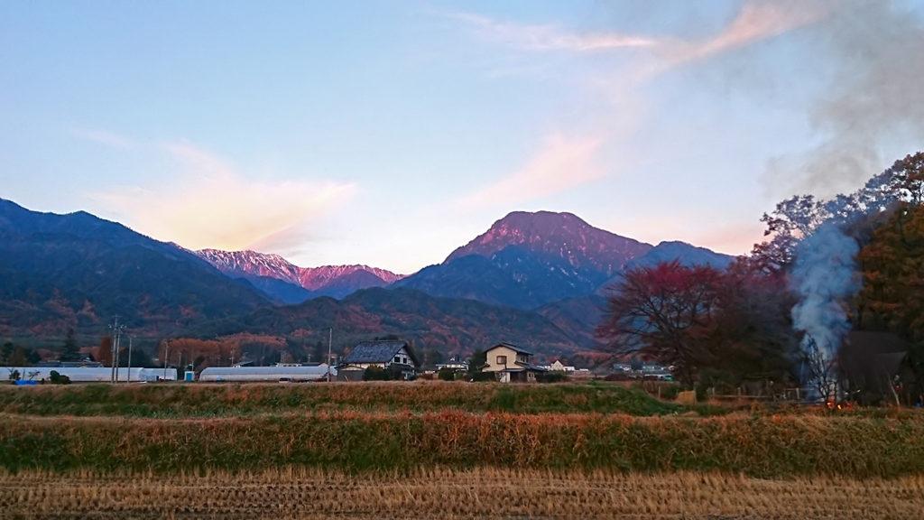 朝日に赤く染まる大天井岳と有明山