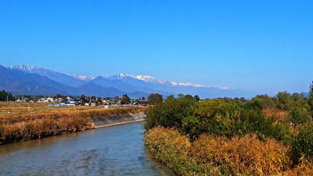 乳房橋から見る白くなり始めた大町方面の山