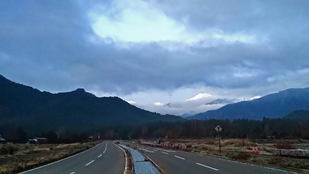 雲間に浮かぶ白くなった常念岳
