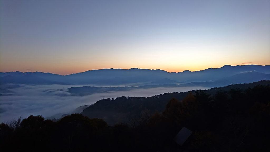 長峰山から見る日の出前の東の山と雲海1