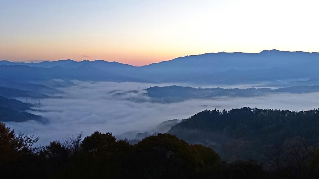 長峰山から見る日の出前の東の山と雲海2