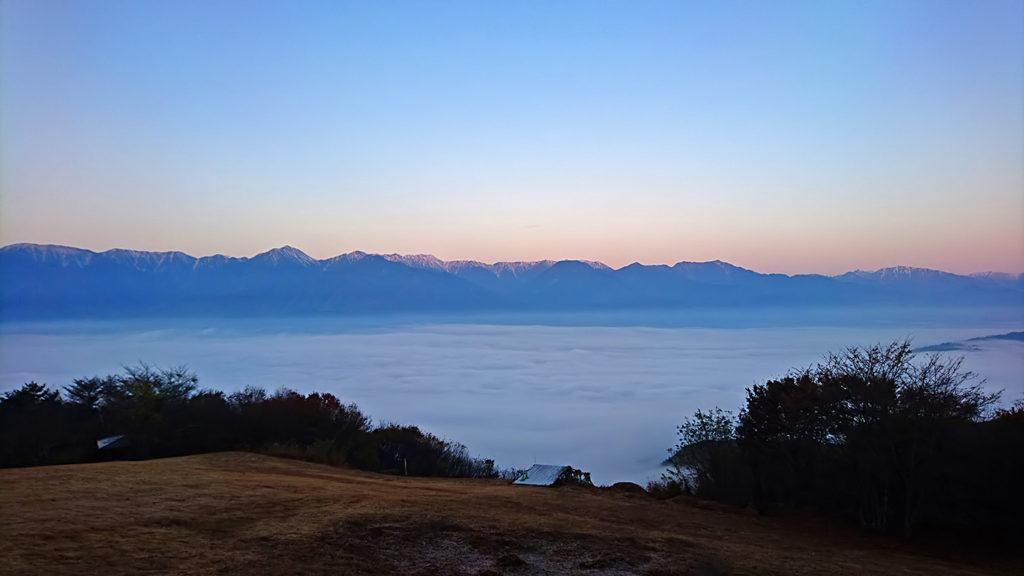 長峰山から見る雲海と染まり始めた北アルプスの上の空