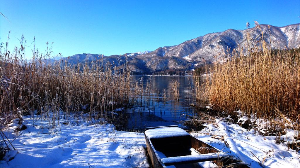 雪の中に佇む青木湖畔のボート