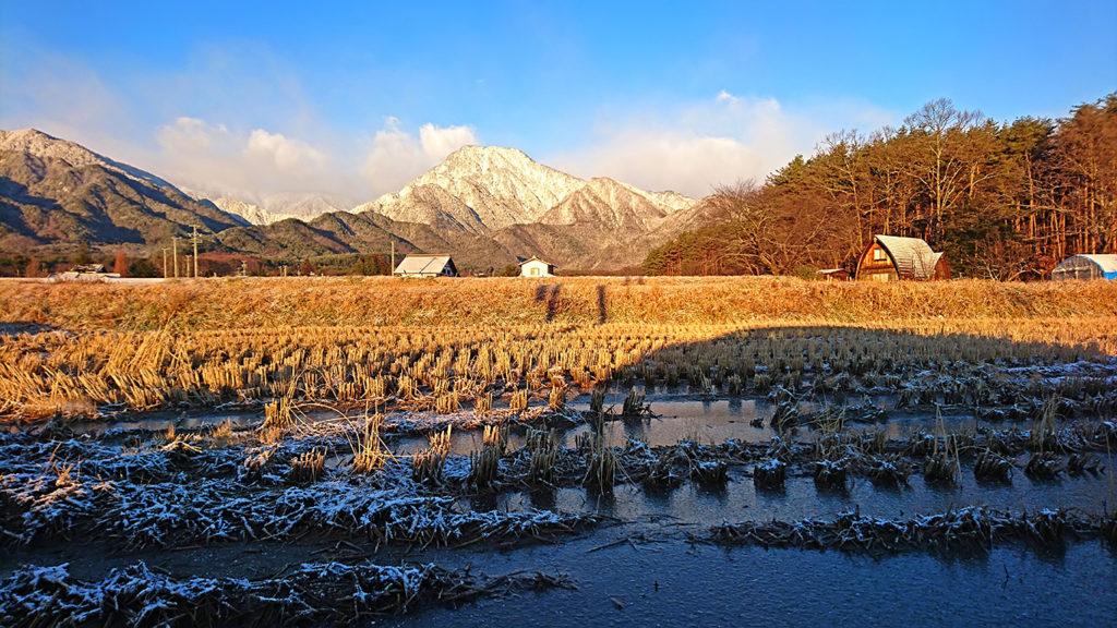 凍てつく田んぼと朝日を浴びる有明山