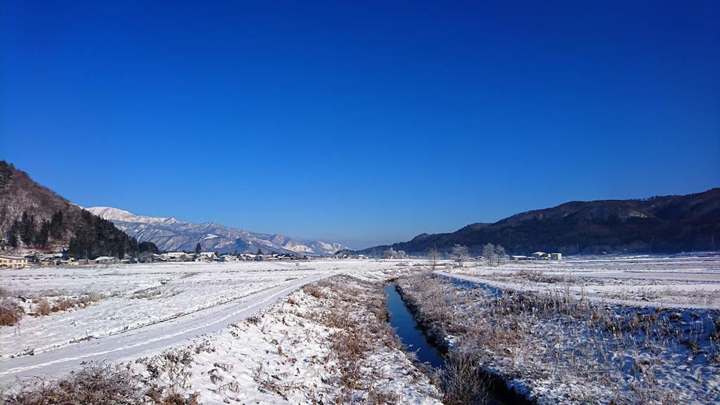 白馬の姫川と雪原
