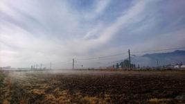 霧が流れる大糸線沿い