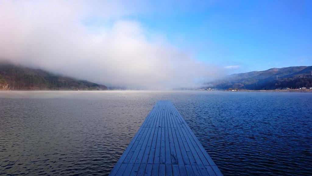 霧が立ち込める木崎湖1