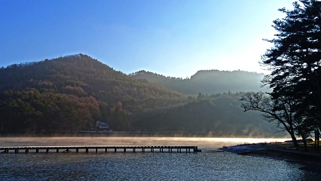 霧が立ち込める木崎湖2