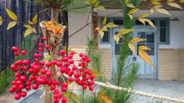 新屋公民館前の松飾り