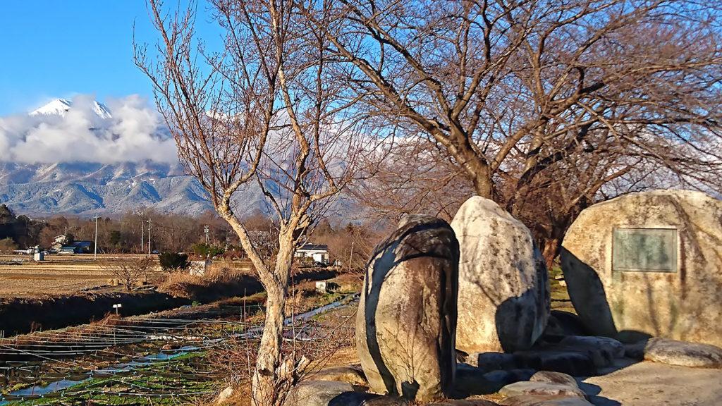 早春賦の碑と雲を被った常念岳