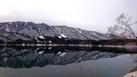 墨絵のようなアップサイドダウンの青木湖