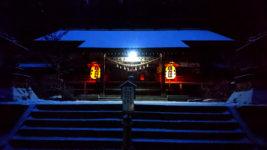 雪化粧した有明山神社の夜景1